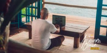Cerveja Corona lança campanha com conceito que apoia o trabalho remoto em qualquer lugar, inclusive, na praia